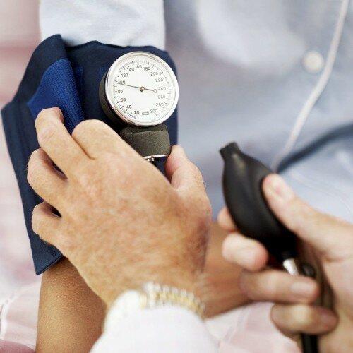проверка давления врачом